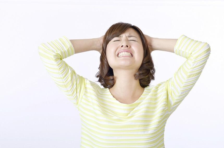 頭を抱える 女性